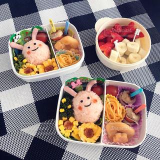 テーブルの上に食べ物の束の写真・画像素材[1155765]