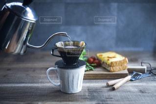 テーブルの上のコーヒー カップの写真・画像素材[1181235]