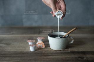 テーブルの上のコーヒー カップの写真・画像素材[1255494]