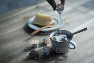 テーブルの上のコーヒー カップの写真・画像素材[1261346]
