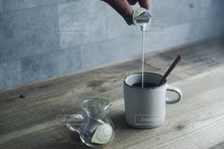 テーブルの上のコーヒー カップの写真・画像素材[1268596]