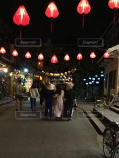 赤光の横の通りを歩く人々 のグループの写真・画像素材[1202442]