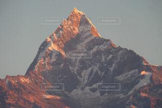 山の上を飛んでいる鳥の写真・画像素材[1202448]