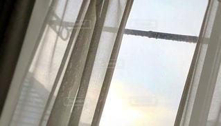 窓から外を見る景色の写真・画像素材[2171051]