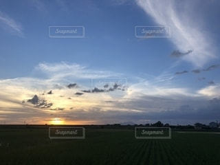 空の雲と大規模なグリーン フィールドの写真・画像素材[1304533]