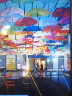 近くにカラフルな傘のアップの写真・画像素材[1440172]