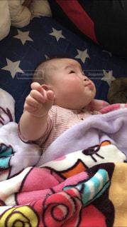赤ちゃんのベッドの上で横になっています。 - No.1158482