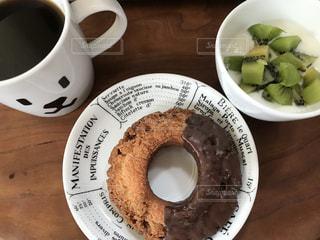 コーヒーとドーナツとヨーグルトの写真・画像素材[1157936]