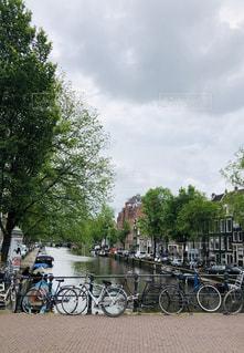 湖の隣に自転車が駐車されているの写真・画像素材[2463471]