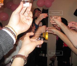 ワイングラスを持っている人のグループの写真・画像素材[1166398]