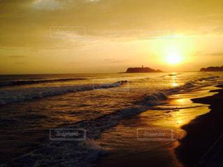 ビーチに沈む夕日の写真・画像素材[1388483]