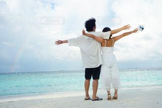 2人,海,空,モルディブ,屋外,後ろ姿,砂浜,虹,人物,背中,人,ハネムーン,ウェディング