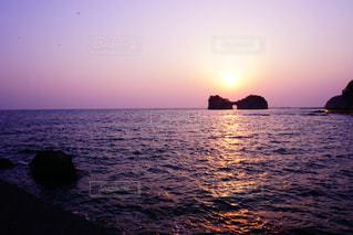 円月島*夕日の写真・画像素材[2340251]