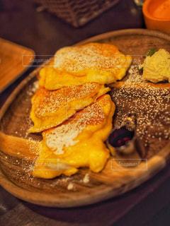 近くのテーブルの上に食べ物をの写真・画像素材[1160957]