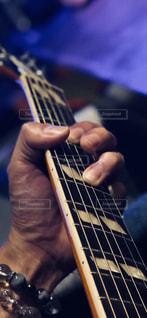 近くにギターを持っている人のの写真・画像素材[1164709]