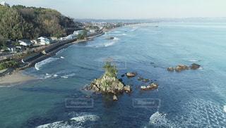 水の体の真ん中に島の写真・画像素材[1794282]
