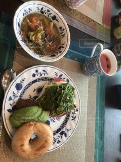 テーブルの上に食べ物のプレート - No.1164302