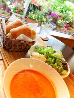 パンとスープとサラダの窓際の朝食の写真・画像素材[1164426]