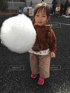 女の子の赤ん坊を保持の写真・画像素材[1164088]