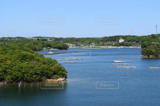 水の体の小さなボートの写真・画像素材[1174136]
