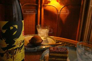 コーヒーやビール、テーブルの上のガラスのカップの写真・画像素材[1428649]