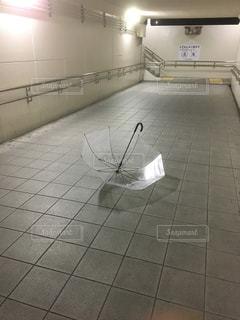 近くにタイル張りの床のアップの写真・画像素材[1226135]
