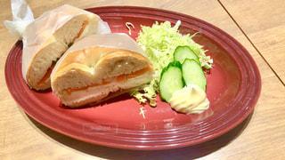 テーブルの上に食べ物のプレートの写真・画像素材[1170090]