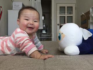 ベッドの上に座っている赤ちゃんの写真・画像素材[1371315]