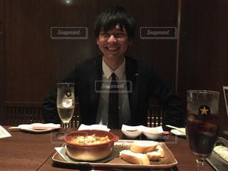 食品のプレートをテーブルに着席した人の写真・画像素材[1371318]