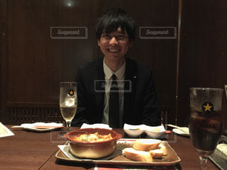 食品のプレートをテーブルに着席した人の写真・画像素材[1371321]