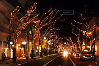 夜のライトアップされた街の写真・画像素材[1396105]