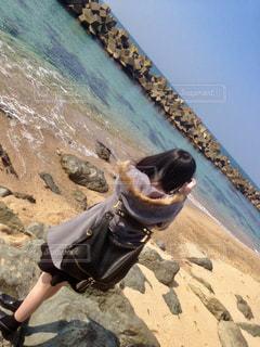 砂浜の上に立っている人の写真・画像素材[1396136]
