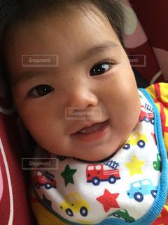 近くに赤ちゃんのアップの写真・画像素材[1170495]