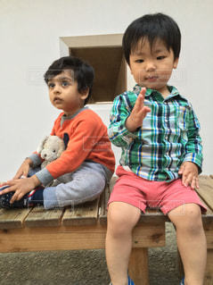 ベンチに座っている小さな子供の写真・画像素材[1172606]