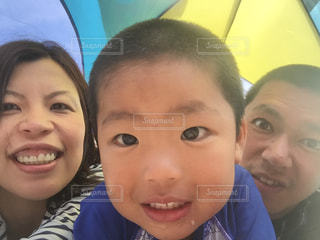 カメラに向かって笑みを浮かべて若い子の写真・画像素材[1172610]