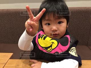 テーブルに座っている小さな子供の写真・画像素材[1172699]