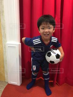 少年サッカー ボールを保持しています。の写真・画像素材[1374339]