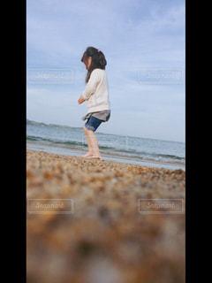 ビーチに立っている人の写真・画像素材[1168370]