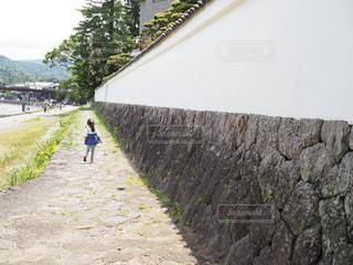 未舗装の道路を歩く人の写真・画像素材[1249499]
