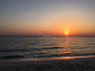 海の横にあるビーチに沈む夕日の写真・画像素材[1271645]