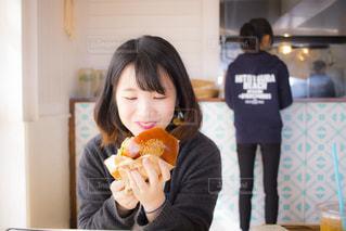 ドーナツを食べる人の写真・画像素材[1184211]
