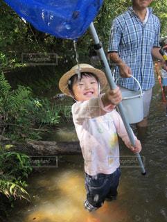 川でガサガサ生き物探し。の写真・画像素材[1171204]