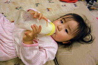 お部屋でのんびりミルクの写真・画像素材[1218090]
