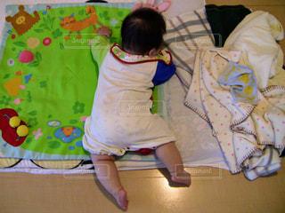 ベッドの上に座っている小さな子供の写真・画像素材[1218224]