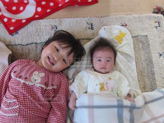 ベッドの上に座っている赤ちゃんの写真・画像素材[1218241]