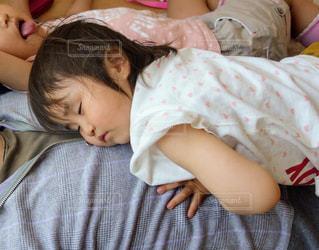 お部屋でのんびりパパとお昼寝。の写真・画像素材[1219905]