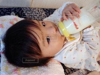 お部屋,部屋,室内,子供,女の子,こども,ミルク,のんびり,ごろ寝,Pigeon,ピジョン,哺乳瓶
