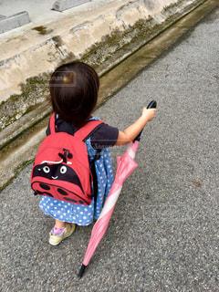 傘,屋外,ピンク,道路,子供,人物,人,地面,雨上がり,梅雨,少し,引きずる