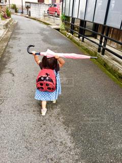 傘,屋外,ピンク,道路,子供,道,歩道,地面,雨上がり,てんとう虫,梅雨,リュック