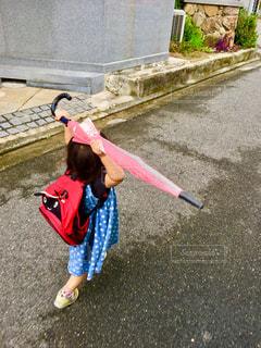 傘,屋外,ピンク,道路,子供,雨上がり,リュック,少し
